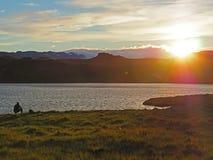Equipaggi la pesca sul lago Thveit iceland vicino a Hofn sul tramonto con neve Fotografia Stock
