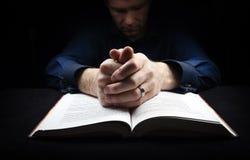 Uomo che prega al dio immagine stock