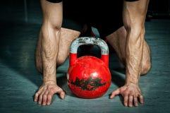 Equipaggi la preparazione per l'addestramento della campana del bollitore nella palestra Fotografia Stock