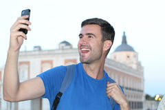 Equipaggi la presa del selfie di divertimento davanti a costruzione classica Immagini Stock