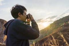 Equipaggi la presa della foto sulla montagna quando il tramonto Fotografie Stock Libere da Diritti