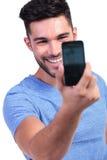Equipaggi la presa della sua propria immagine con il suo Smart Phone Fotografie Stock Libere da Diritti
