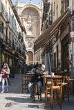 Equipaggi la presa dello spuntino sui Marques della via con la facciata del Fotografia Stock