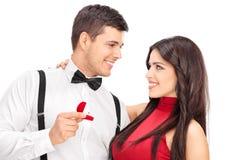 Equipaggi la proposta alla sua amica con l'anello di diamante Fotografia Stock