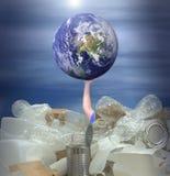 Equipaggi la prova di tenere la terra dall'annegamento nei rifiuti riciclabili immagini stock libere da diritti