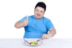 Equipaggi la prova per essere a dieta mangiando l'insalata 1 Immagine Stock Libera da Diritti