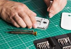 Equipaggi la riparazione dello smartphone tagliato, fine sulla foto immagini stock