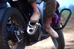 Equipaggi la scarpa alla moda d'uso che si siede su una fotografia della bici Fotografia Stock