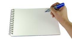 Equipaggi la scrittura su un cuscinetto di schizzo con una penna di indicatore Fotografia Stock Libera da Diritti
