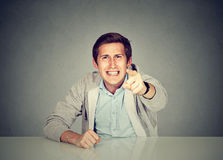 Equipaggi la seduta ad indicare di grido della tavola con il dito Fotografia Stock