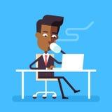 Equipaggi la seduta allo scrittorio con il computer portatile e la bevanda calda Fotografia Stock Libera da Diritti