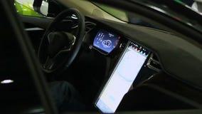 Equipaggi la seduta in automobile con il pannello di controllo avanzato del touch screen, progresso tecnico stock footage