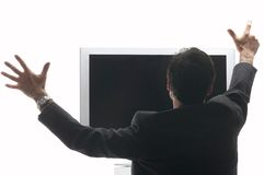 Equipaggi la seduta davanti ad un'affissione a cristalli liquidi - incoraggiare della TV Fotografie Stock
