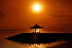 Equipaggi la seduta e la sorveglianza del tramonto sulla spiaggia in Bali Immagini Stock Libere da Diritti