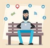 Equipaggi la seduta nel parco sul banco con il computer portatile, funzionamento, giocante i giochi di computer, rete sociale o m Immagini Stock Libere da Diritti