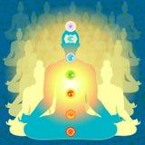 Equipaggi la seduta nella posizione di loto che medita con il chakra fotografia stock
