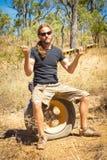 Equipaggi la seduta su una gomma a terra nell'entroterra dell'Australia Fotografie Stock