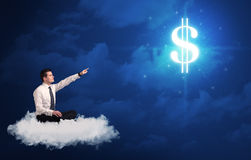Equipaggi la seduta su una nuvola che sogna dei soldi Fotografie Stock Libere da Diritti
