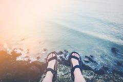 Equipaggi la seduta su una scogliera alta sopra l'oceano Fotografia Stock Libera da Diritti