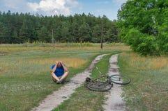 Equipaggi la seduta su una strada campestre dopo che lui caduto fotografia stock libera da diritti