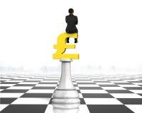 Equipaggi la seduta sul simbolo della libbra di scacchi dei soldi, la rappresentazione 3D Fotografia Stock