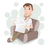 Equipaggi la seduta sul sofà e la lettura del giornale Immagine Stock Libera da Diritti