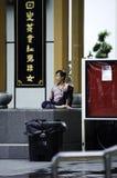 Equipaggi la seduta in un angolo, Chinatown Singapore Immagini Stock Libere da Diritti