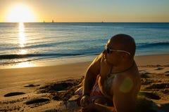 Equipaggi la sorveglianza del tramonto nella sabbia della spiaggia delle Barbados immagine stock libera da diritti
