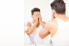 Equipaggi la spruzzatura dell'acqua sul suo fronte per svegliare Fotografia Stock Libera da Diritti