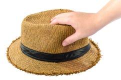 Equipaggi la tenuta del cappello di paglia in sua mano immagini stock libere da diritti