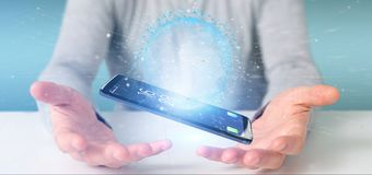 Equipaggi la tenuta del globo della terra di dati della rappresentazione 3d su uno smartphone Immagine Stock
