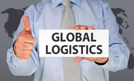 Equipaggi la tenuta del segno globale di logistica che dà i pollici su Fotografia Stock Libera da Diritti