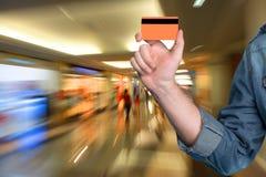 Equipaggi la tenuta della carta di credito in sua mano Fotografia Stock