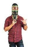 Equipaggi la tenuta della maschera africana e copre il suo fronte Immagine Stock Libera da Diritti