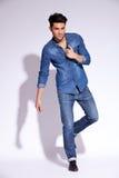 Equipaggi la tenuta della sua camicia dei jeans dal suo collare Immagine Stock Libera da Diritti