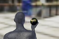 Equipaggi la tenuta e lo sguardo del mondo in sua mano destra Immagine Stock Libera da Diritti