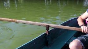 Equipaggi la trazione della barca blu con il remo, anonimo stock footage