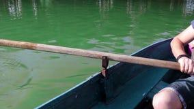 Equipaggi la trazione della barca blu con il remo, anonimo archivi video