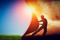 Equipaggi la trazione della tenda di oscurità per rivelare un nuovo mondo migliore cambiamento Fotografie Stock Libere da Diritti