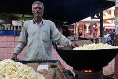 Equipaggi la vendita del popcorn sulla via di Rishikesh immagini stock
