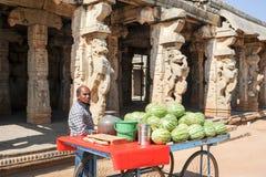 Equipaggi la vendita dell'anguria davanti al centro reale su Hamp Fotografia Stock