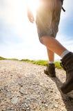 Equipaggi la viandante che cammina sulle rocce della montagna con i bastoni Bello tempo con la natura della Scozia Dettaglio di e Fotografie Stock