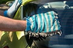 Equipaggi lavare il suoi lavaggio dell'automobile e concetto automobilistici di pulizia dell'automobile Fotografie Stock Libere da Diritti
