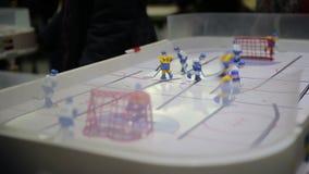 Equipaggi le figure masterfully di controllo dell'hockey e disco segnare nella rete dell'oppositore video d archivio
