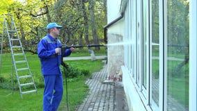 Equipaggi le finestre di vetro del lavaggio con il getto di pressione di acqua video d archivio