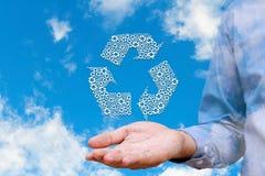 Equipaggi le icone riciclate tenuta sul fondo del cielo della natura, ambiente Fotografie Stock