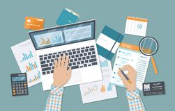 Equipaggi le mani con i documenti riferiscono, lente d'ingrandimento, calcolatore Verifica finanziaria, contabilità, analisi dei  royalty illustrazione gratis