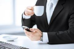 Equipaggi le mani con la tastiera, lo smartphone ed il caffè Fotografia Stock Libera da Diritti