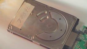 Equipaggi le mani del ` s che aprono la copertura del hdd video d archivio