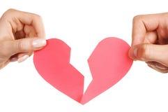 Equipaggi le mani della donna che tengono il cuore rotto Fotografia Stock